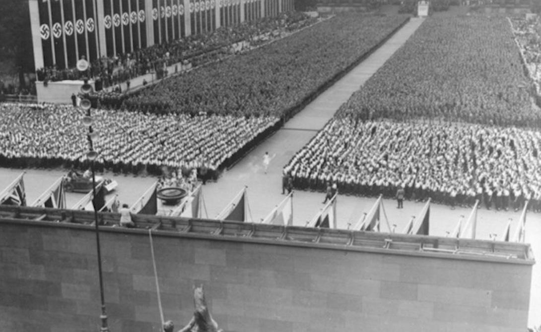 Шалость удаласьРазработанный под контролем Адольфа Гитлера регламент XI Олимпиады — все эти шествия, единым порывом встречающая лидера нация, факелы и прочий антураж — преследовали только одну цель: впечатлить иностранных гостей, показав им спокойную и уверенную Германию. Задумка кровавого диктатора удалась в полной мере. Главы крупнейших европейских стран с радостью ухватились за эту легенду о «мирно развивающемся государстве», потянув своим авторитетом и почти весь остальной мир.