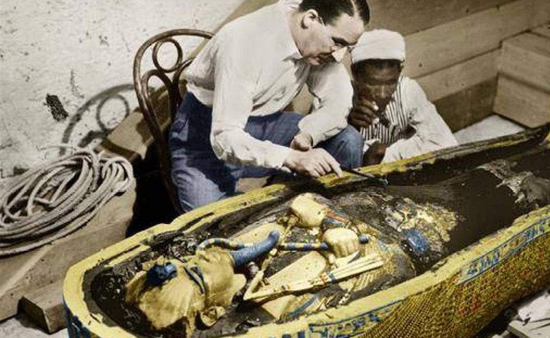 Находка В 1925 году британский археолог Говард Картер обнаружил два кинжала, скрытые под погребальными одеяниями фараона. Находку долгое времен не признавали в мировом ученом сообществе, поскольку подобные изделия просто не встречались в древнем Египте. Фараона Тутанхамона мумифицировали более 3 300 лет назад, а технология, позволяющая получить аналогичные материалы была разработана лишь в средние века.
