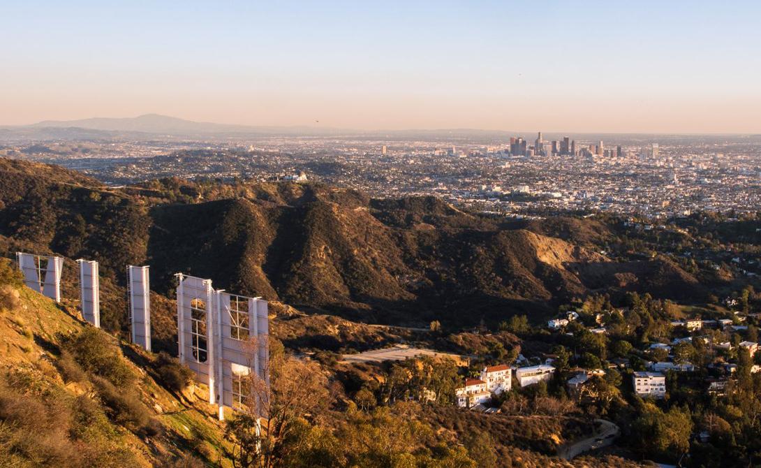 Hollywood Hills Калифорния, США Визитная карточка западного современного кинематографа, символ, отмечающий район, где сказка становится реальностью. Подойти к самим буквам не получится — много лет назад здесь произошло несколько несчастных случаев, зато можно забраться выше, за них.