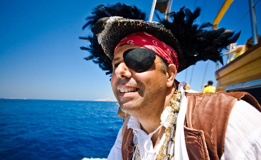 Пиратская повязка Вообще, лучше всего будет просто дать глазам адаптироваться к темноте самостоятельно. Получаса в абсолютно темной комнате хватит, чтобы органы зрения максимально адаптировались к последующей нагрузке. Как ни странно, но действенной оказывается даже пиратская повязка: отгородите один глаз от света на 20 минут, а в темной комнате снимите повязку — разница будет сразу заметна.