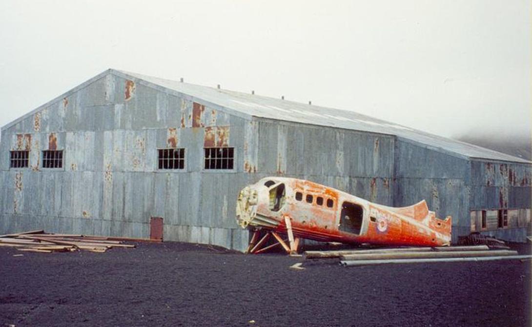 Десепшн Земля считается одной из самых безопасных гаваней во всей Антарктиде. Ледяные торосы надежно защищают суда от бурь и айсбергов. В течение нескольких лет тут базировалась норвежско-чилийская китобойная станция и несколько научных структур. Затем всплеск вулканической активности выгнал людей с этих земель.