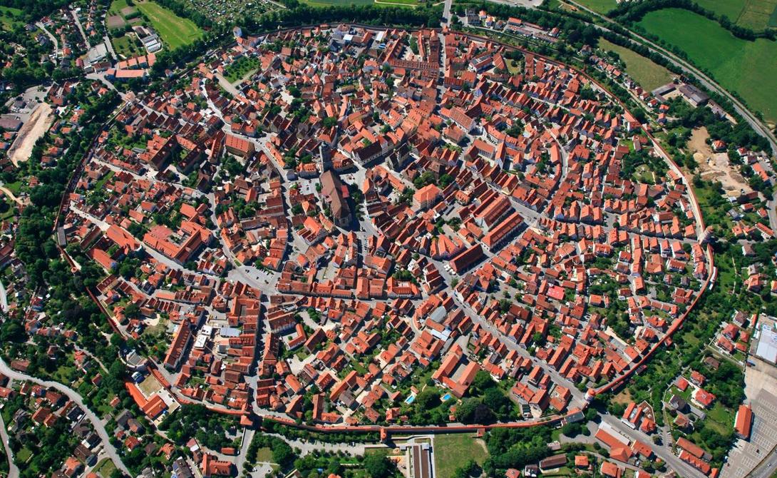 Нордлинген Германия Этому городу всего каких-то полторы тысячи лет, а вот кратер, где он был основан, появился целых 15 миллионов лет назад. Метеорит оставил идеальную долину, прекрасно защищенную со всех сторон естественными преградами. Местные жители свою историю очень ценят — еще бы, останки космического скитальца до сих пор разбросаны у них в садах.