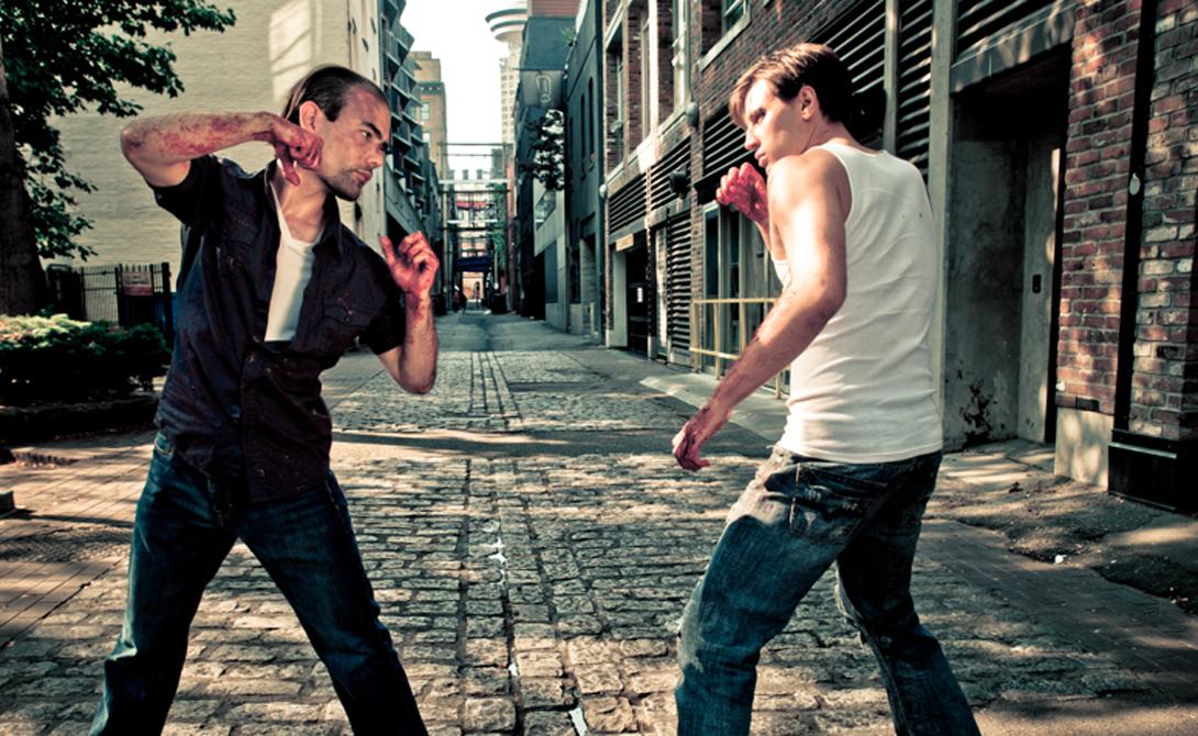 Контроль дистанции Начинайте навязывать противнику удобную вам дистанцию с момента начала конфликта. Двигайтесь ненавязчиво, но так, чтобы врагу пришлось сделать лишний шаг. Используйте активную жестикуляцию: ваши руки уже будут создавать некий щит. К тому же не придется тратить время на принятиезащитной стойки.