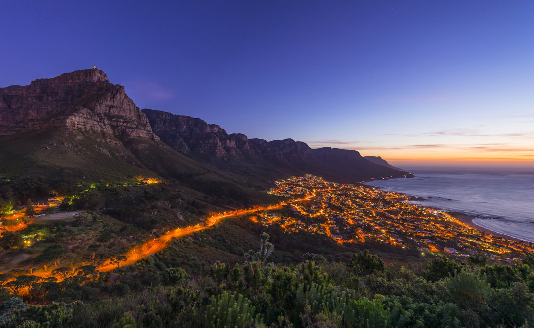 Голова Льва Кейптаун, Южная Африка Всего два часа пути отделяют город от пика, с вершины которого виден весь Кейптаун. Спуститься же можно по другой стороне, чтобы оказаться на длинной и обычно пустынной береговой линии Табл Бэй.