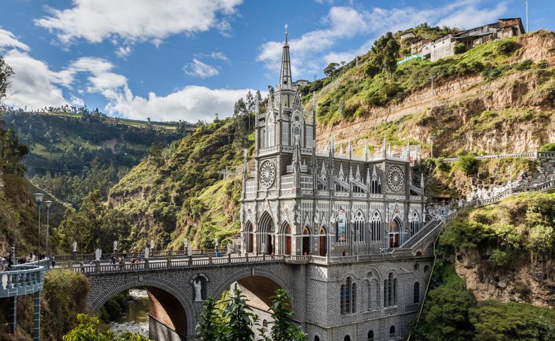 Las Lajas Sanctuary Колумбия Святилище колумбийских католиков будто бы бросает вызов самой гравитации. Выстроенное на небольшом утесе здание выглядит вполне достойным жилищем для святого духа.