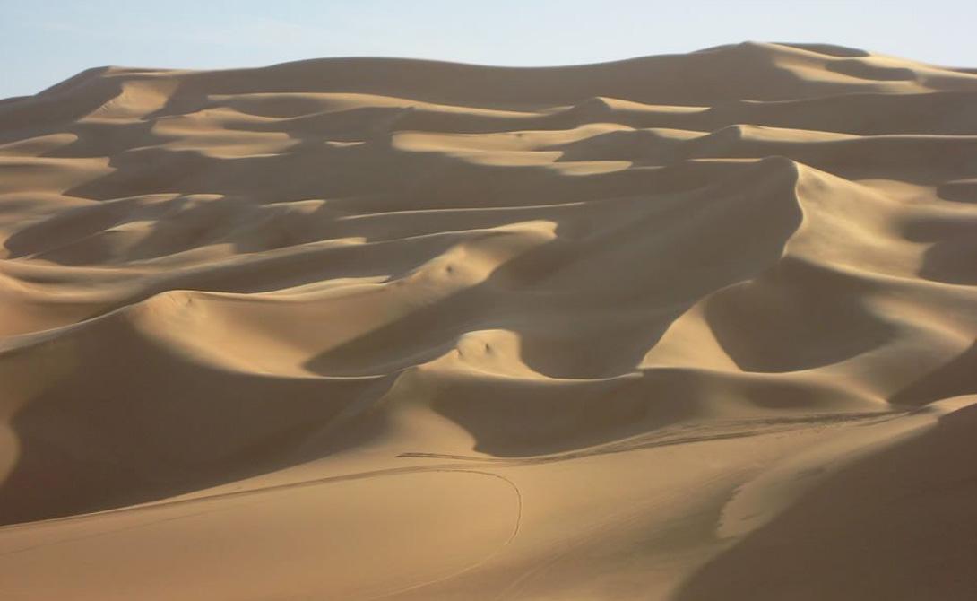 Эль-Азизия Ливия В последние несколько лет ученым не удается точно измерить среднегодовую температуру в Эль-Азизии — по известным причинам. Тем не менее в прошлом температура показывала завидное постоянство, колеблясь в районе 48 градусов Цельсия.