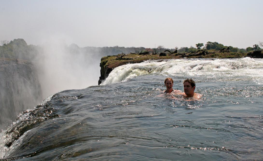 Бассейн дьявола Водопад Виктория, Южная Африка Представьте себе купание на вершине самого большого в мире водопада. Уровень воды здесь может упасть очень резко, что уже стало причиной 15 смертей только в прошлом году.