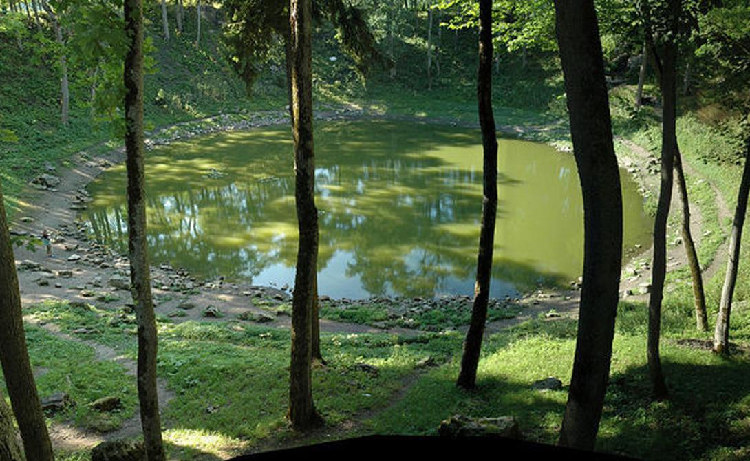 Кратер Каали Эстония Гигантская воронка от исполинского метеорита превратилась за миллионы лет в небольшое озерцо, заполненное грязной водой. Археологи считают, что здесь древние устроили священный алтарь и приносили человеческие жертвы неведомому космическому божеству.
