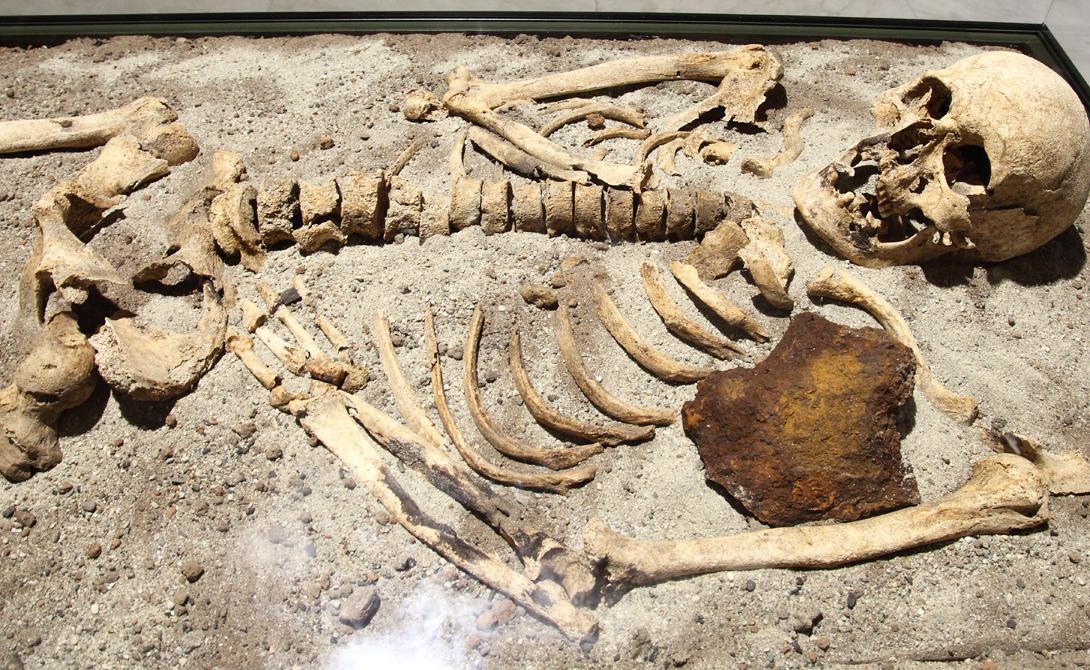 Таинственная гибель Одно неудачное сражение стоило Владу III тринадцати лет жизни. Турецкий паша, Матвей Корвин, захватил графа в предгорьях Карпатских гор и выпустил из заточения лишь в 1475 году. Бывший узник тотчас отвоевал утраченный было трон, но правил регионом очень недолго. В конце 1476 года знаменитый граф буквально растворился в воздухе. Впрочем, через две недели тело обнаружили у стен родового поместья: скорее всего, Влад просто угодил в очередную турецкую засаду.