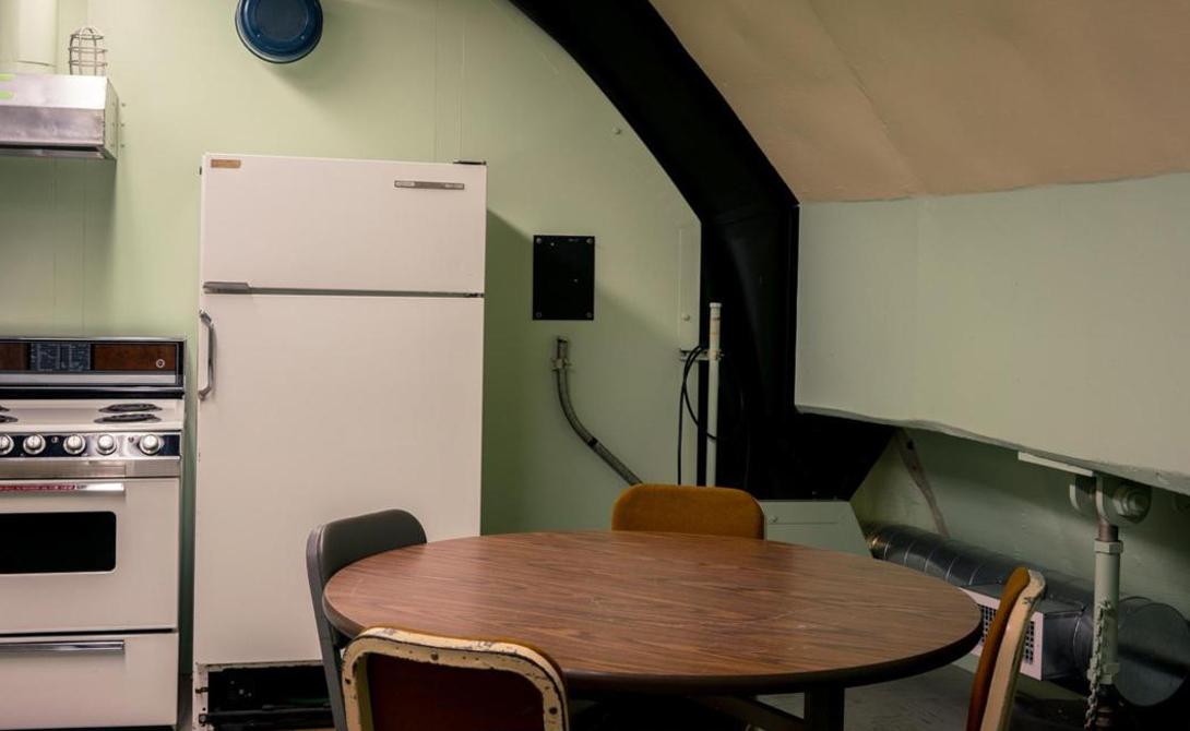Зона отдыха Персонал мог пережить ядерную атаку на страну не выходя из бункера. Этажом выше диспетчерской располагается зона отдыха, со спальными местами, кухней и туалетом. Это единственное место в комплексе, где члены экипажа могли побыть в одиночестве. В любом другом помещении они всегда должны были быть в поле зрения другого члена отряда.