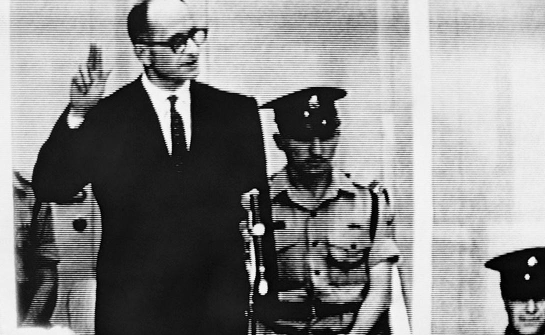 Предпосылки Милгрэм внимательно следил за процессом над одним из главных нацистских преступников, Адольфом Эйхманом. Тот заявил Нюрнбергскому трибуналу, что все сотворенные им зверства — всего лишь результат выполнения ответственным работником приказа командования. Самое ужасное, Эйхман действительно не выглядел сумасшедшим изувером: он производил впечатление абсолютно нормального человека, действовавшего по поставленным свыше законам. Американский психолог решил проверить, до каких границ способен пройти обычный индивид, готовый подчиняться.