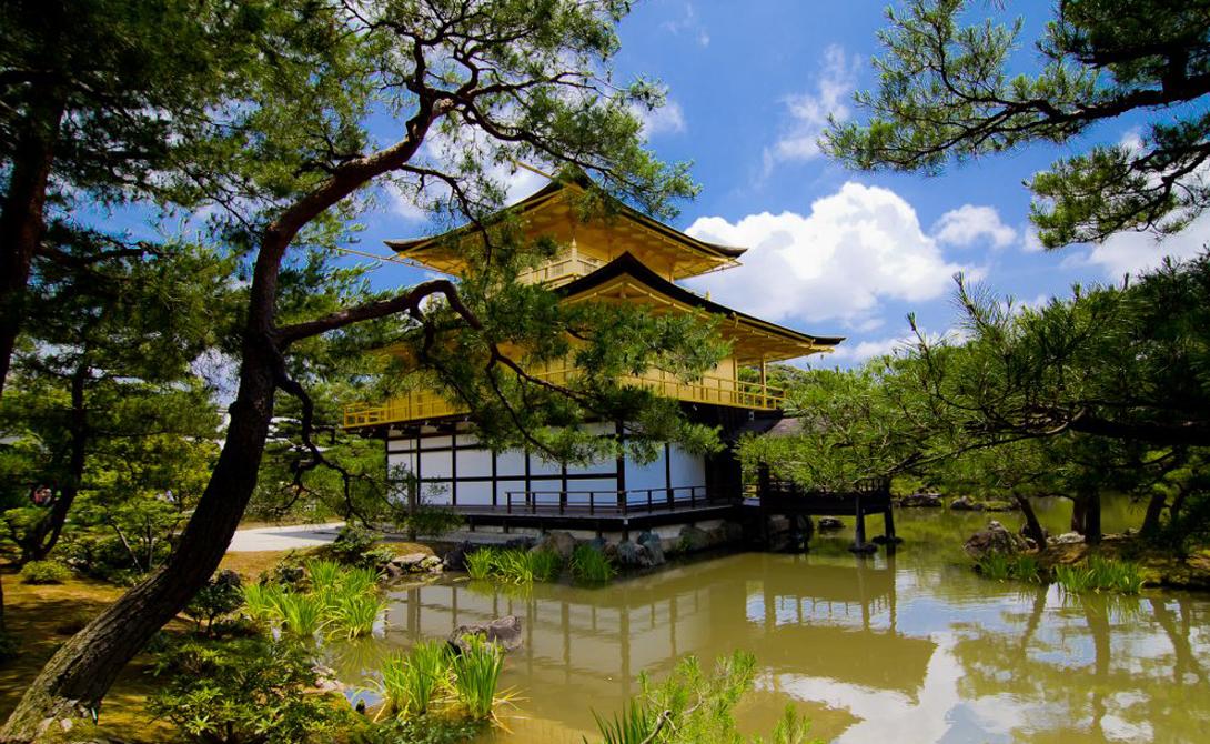 Золотой павильон Киото Юкио Мисима посвятил Золотому храму одну из своих лучших книг. В японской архитектурной традиции интеграция в окружающую среду является одним из самых старых идеалов — неудивительно, что мастерство мастера-зодчего так вдохновило великого писателя.