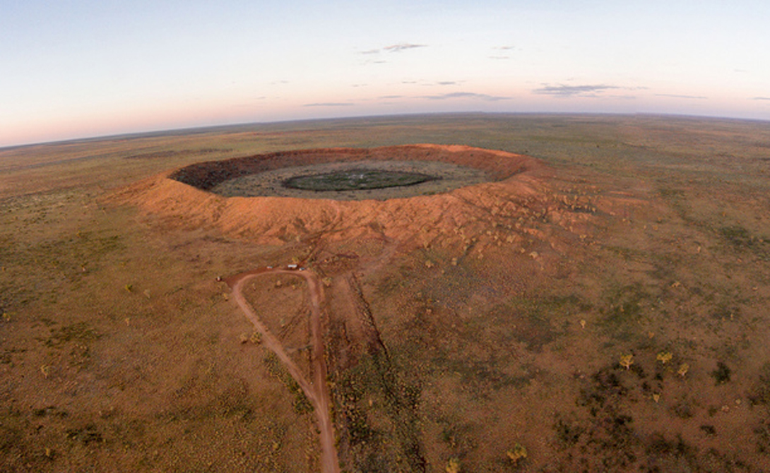 Волчья яма Австралия Вес железного метеорита, прозванного Wolfe Creek, составлял около 50 000 тонн. Упади он не на территории Австралии, а где-нибудь в Европе, новый Ледниковый период мог бы стереть с лица земли только зарождавшееся тогда человечество.
