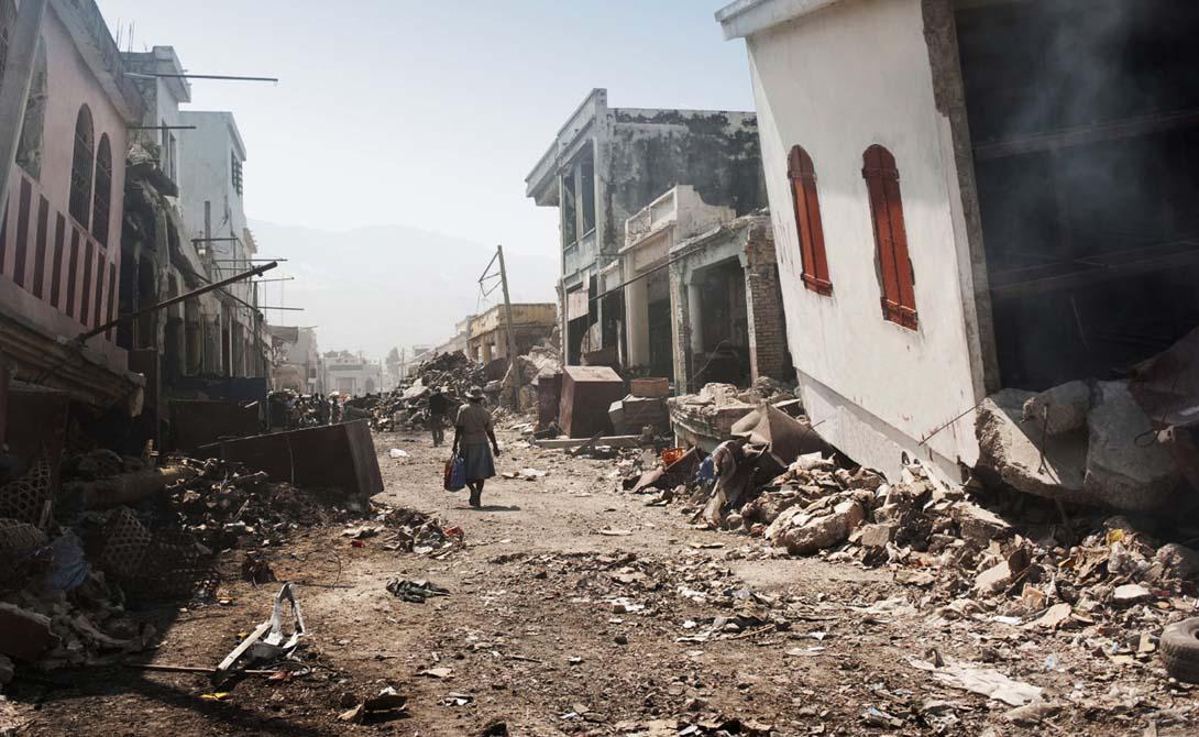 Вальдивия Чили В 1960 году чилийский городок Вальдивия увидел одно из самых мощных землетрясений за всю историю мира: 9,5 по шкале Рихтера. Удар такой силы эквивалентен одновременному взрыву 1000 атомных бомб. Отголоски катастрофы докатились даже до Гавайских островов, расположенных на расстоянии в 700 километров от эпицентра. 6000 смертей и разрушения на миллиард долларов.