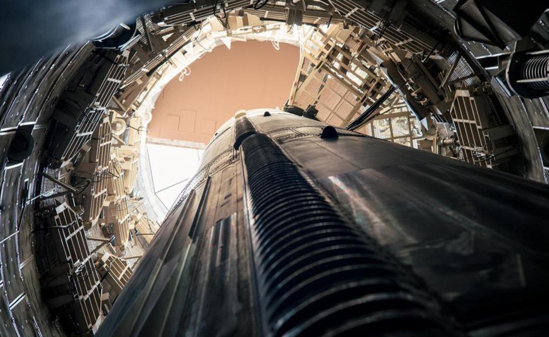Бункер Сам бункер начинается в 10 метрах от поверхности. От внешнего вторжения его надежно хранят бронедвери из бетона и стали. Толщина каждой — примерно полметра. Пол, стены и потолок смонтированы на гигантских амортизаторах, чтобы дать операторам несколько лишних минут в случае возможной атаки.