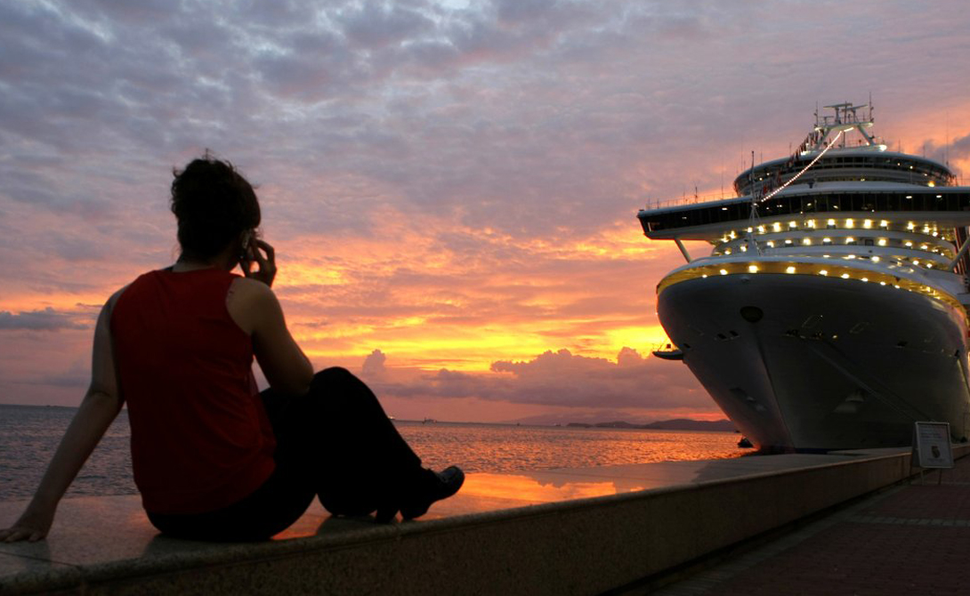 Карибское море Нападений за год: 38 И, конечно, никуда не ушли пираты Карибского моря. Перед вами — фотография из частного архива, сделанная за несколько часов до нападения на этот самый круизный лайнер.