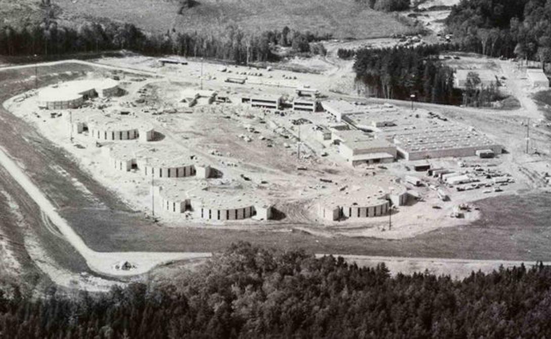 Хитрый план И это был не несчастный случай. С самого начала Америка планировала стройку жилых помещений для спортсменов, которые могли бы превратиться в тюрьму на 1000 человек. Государственные и федеральные законодатели пообещали, что не позволят объектам Лейк-Плэсид стать бесполезными руинами, как это случается с подобными деревнями обычно.