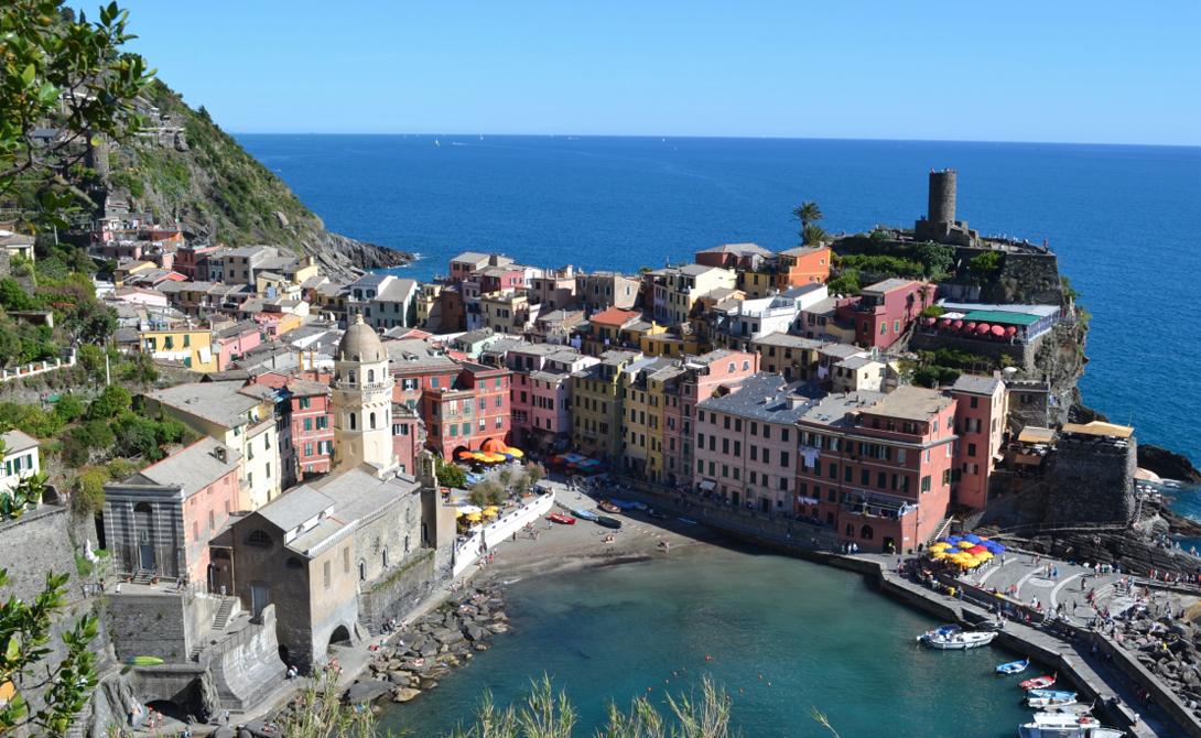 Чинкве-Терре Италия Остановитесь на ночевку в городе Вернацца, а с утра отправляйтесь покорять вершину. Итальянское побережье выглядит настоящей сказкой, написанной мастерами эпохи Возрождения.