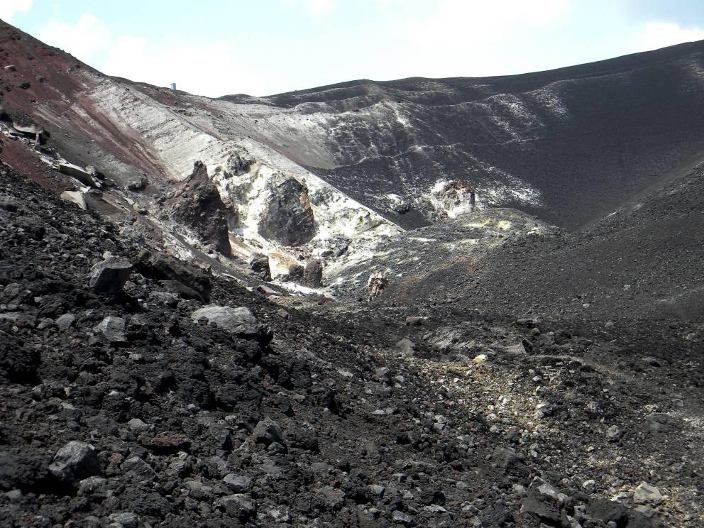 Серро-Негро Никарагуа Пожалуй, наиболее любопытный вулкан в нашем списке. Относительно молодая гора сейчас считается спокойной, что позволяет туроператорам проводить довольно рискованные программы. К примеру, за небольшую плату любой желающий может прокатиться по склону вулкана вниз на сэндборде.