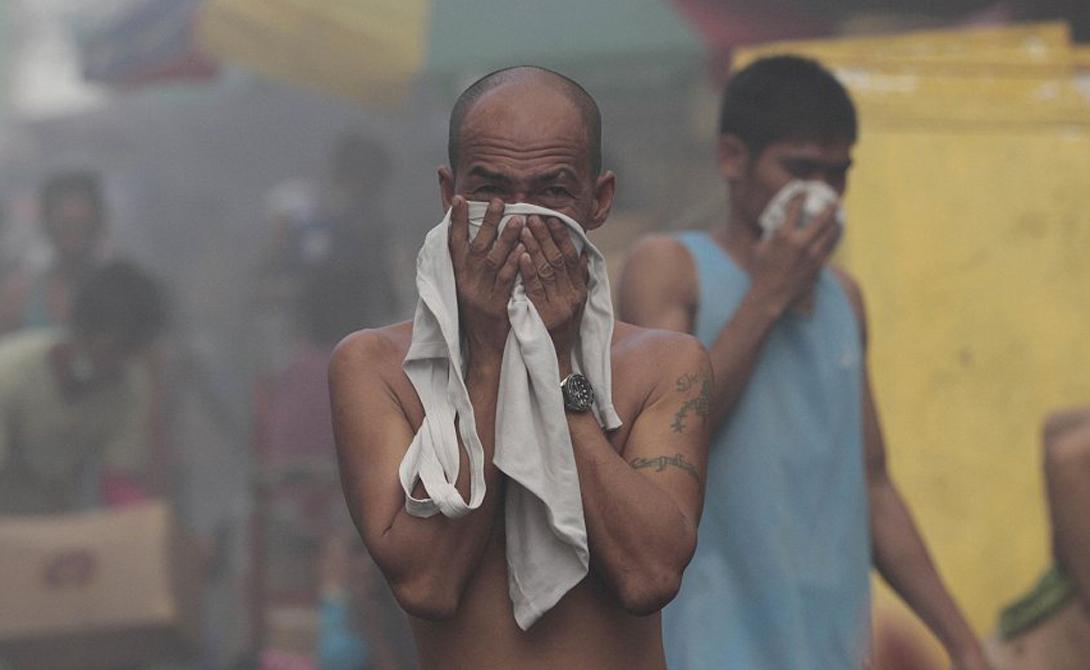 Пожары Очень немногие люди гибнут от огня при пожарах. Наибольшее количество смертей случается из-за вдыхаемого дыма, а не от ожогов. Оставайтесь поближе к земле, где высок процент свежего воздуха, и шансов выжить прибавится.