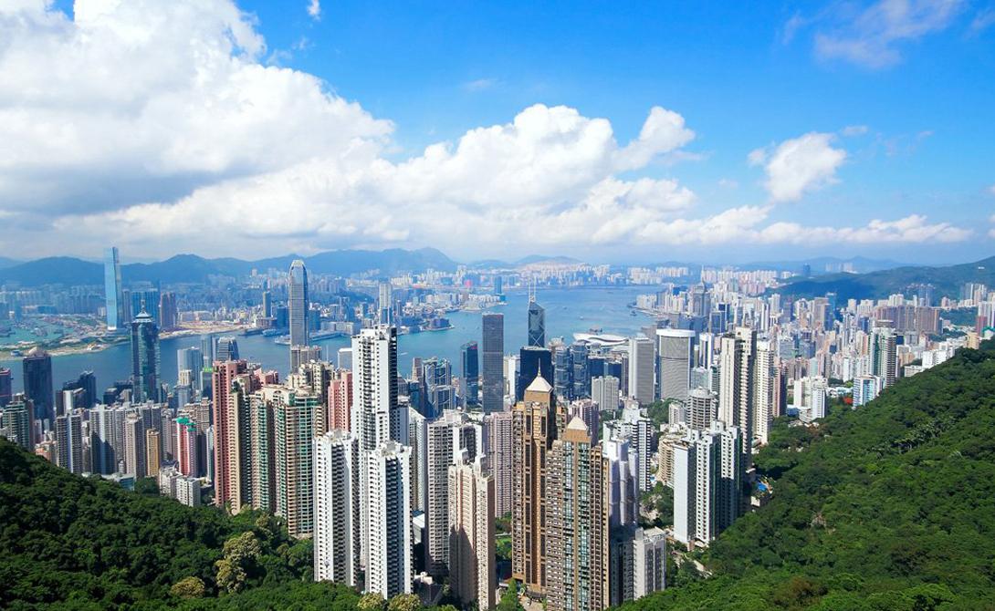Пик Виктория Гонконг Пик Виктория впечатляет в любое время суток. Это самая высокая гора Гонконга, откуда открывается прекрасный вид на оживленный город. К вершине ходит даже специальный трамвай, но гораздо интереснее будет подняться самостоятельно.