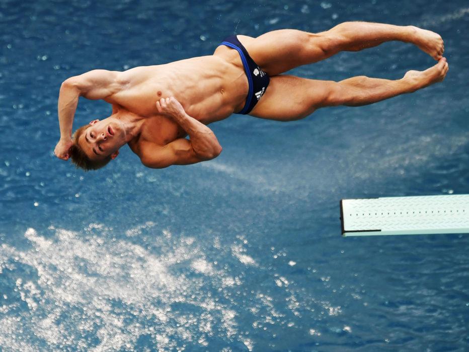 Прыжки в водуБольшинство пловцов завершают прыжок изящно, точно контролируя положение своего тела относительно вышки. Но если уж что-то идет не так, то по-полной. Ярким примером можно назвать историю сильнейшего дайвера: в 1979 году Грег Луганис ударился головой о вышку и упал в воду, разбив голову.