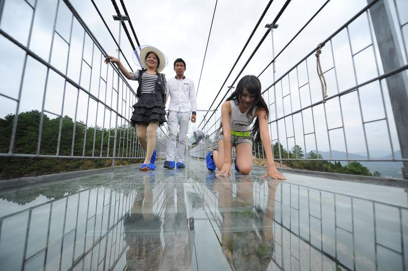 Захватывающий вид Нередко туристы отказывались от уже оплаченной прогулки: уж очень страшно идти по прозрачному материалу над пропастью. Те же, кто отваживаются на путешествие, получают в награду умопомрачительный вид на провал глубиной в 300 метров.