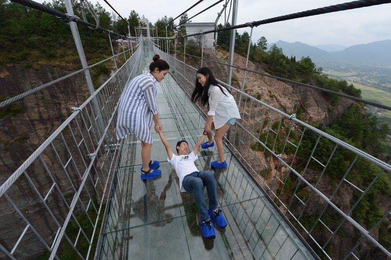 Экстремальное селфи Нет на Земле более подходящего места для уникального селфи. Туристы выползают на середину моста, влекомые своими смартфонами: обратно их нередко вынуждены относить на руках сотрудники парка.
