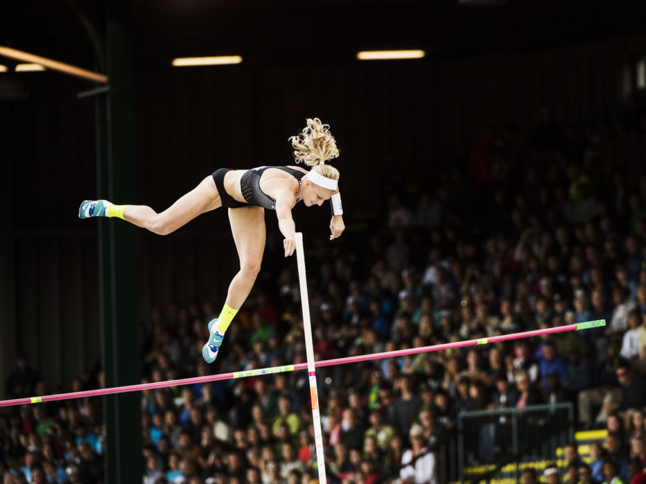 Прыжки с шестом Обычный человек просто не может себе представить даже механику прыжка с шестом. Спортсмены разгоняются на дорожке с гибким шестом, который запускает их в воздух на несколько метров. Травмы спинного мозга, малого таза и головы — обычное дело на соревнованиях.