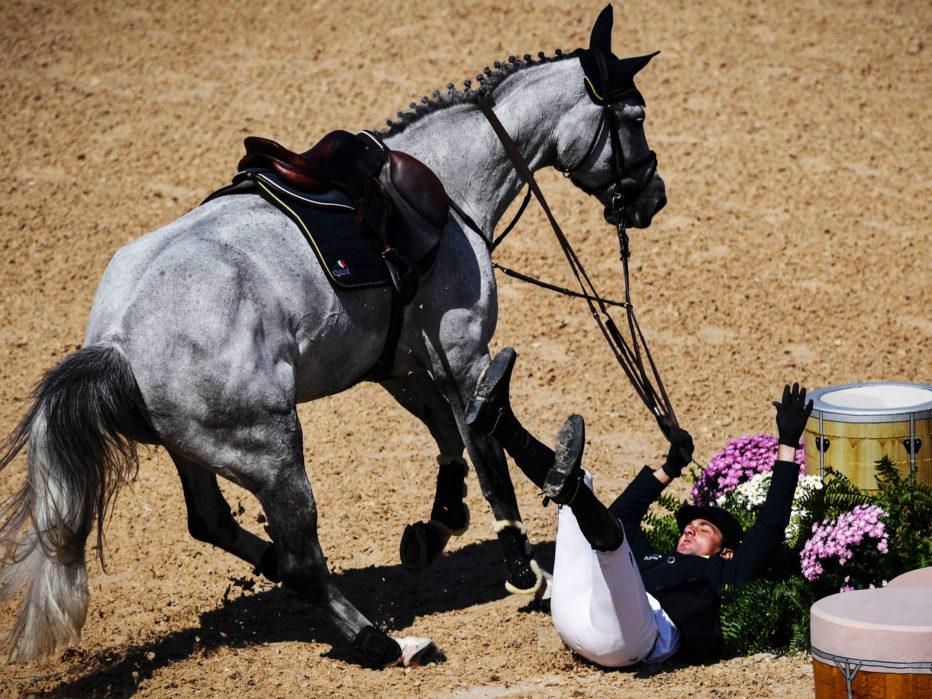 Конные соревнования Представьте соревнования, участники которых пытаются справиться с норовом огромного животного на скорости около 50 км/ч. Малейший просчет может стать причиной серьезной травмы. По данным Международной федерации конного спорта, в период с 2005 по 2010 год падали каждые пятеро из сотни конкурирующих гонщиков.