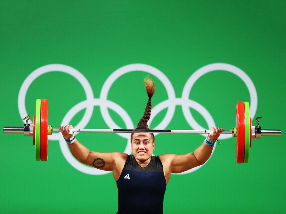 Тяжелая атлетика Максимальные веса, умственное и физическое напряжение, сложное в контроле оборудование. Растянуть мышцы, завоевать вместо медали грыжу, сломать кость, познакомиться с сердечным приступом — иногда становится решительно непонятно, почему Олимпийский комитет не запрещает настолько опасные виды спорта.
