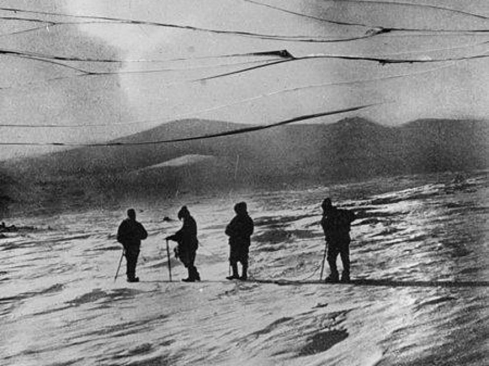 Успех Амундсен и его люди достигли Южного полюса 14 декабря 1911 года. Маршрут оказался удачным, несмотря на все подстерегавшие экспедицию опасности. Дело в том, что вся группа шла вдоль опасной ледовой полки, которая вполне могла рухнуть в море и погубить людей. Опытный норвежец сумел поддерживать нужный ритм в течение всего путешествия, что и позволило ему победить.