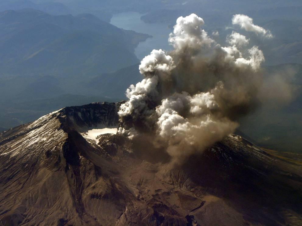 Сент-Хеленс Вашингтон Южные склоны горы Сент-Хеленс вновь открылись для альпинистов в 1987 году, спустя всего 7 лет после достаточно серьезного извержения. Туристы также могут подняться очень близко к самому кратеру, достаточно только заранее запросить особое разрешение.