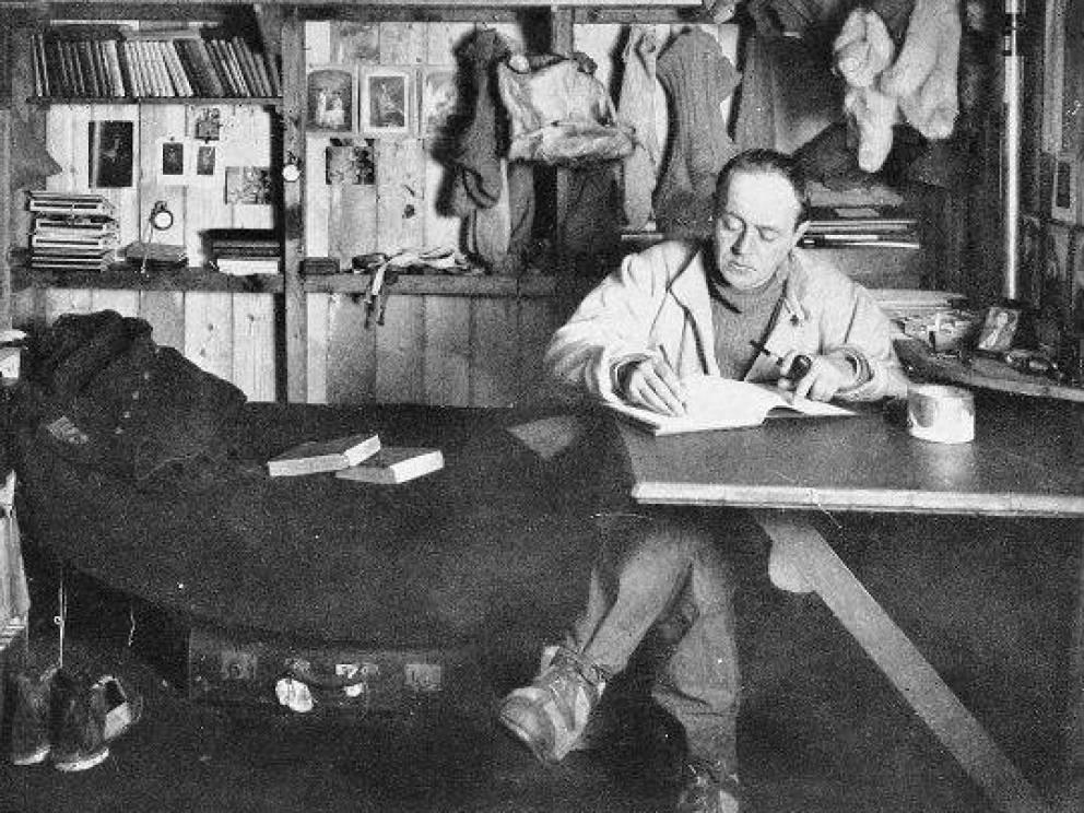 По следам Шеклтона В 1910 году только горстка людей обладала смелостью достаточной, чтобы встать на предательски скользкую дорожку ведущую к Южному полюсу. Шеклтон сумел подобраться к цели ближе всех, но был вынужден отступить. Роберт Скотт тщательно изучил маршрут предшественника и решил следовать ему же, скорректировав лишь рацион питания.