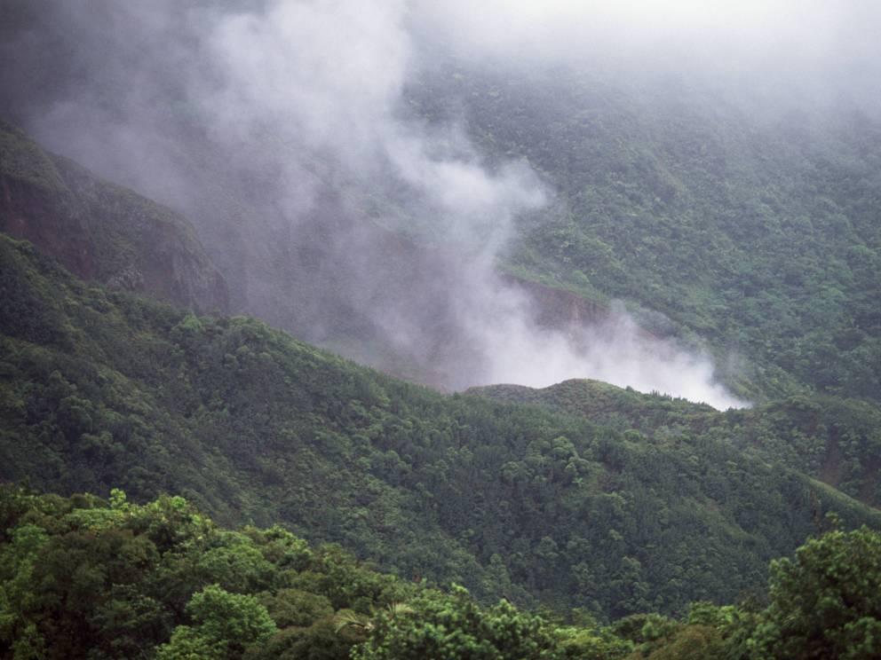 Кипящее Озеро Доминикана Знаменитое Boiling Lake расположено в затопленном кратере вулкана Фумарола, на территории национального парка Морн-Труа-Питон. Чрезвычайно непростая трасса проходит сквозь тропический лес к самому берегу озера, глубина которого науке до сих пор неизвестна.
