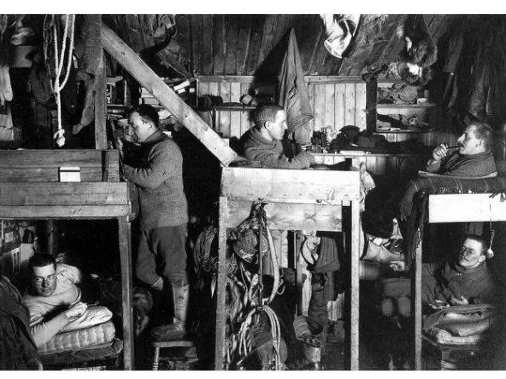 Подготовка команды Кроме того, Скотт собрал команду из 16 мужчин, крепких как сам вековечный антарктический лед. Группа провела восемь месяцев акклиматизации, дорабатывая рационы, одежду, способ поставки топлива и санки. 13 сентября 1911 года смельчаки отправились на покорение Южного полюса.