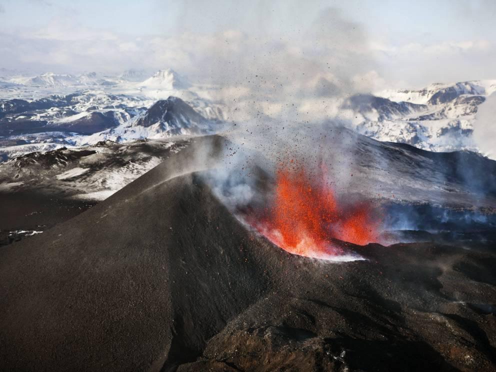 Эйяфьятлайокудль Исландия В 2010 году по вине именно этого вулкана с непроизносимым названием встали аэропорты практически всей Европы. На данный момент десятки специализированных турфирм предлагают пешеходные экскурсии вверх по горе и даже целые приключенческие путешествия на полноприводных джипах.
