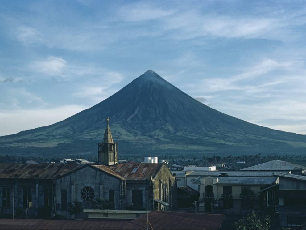 Майон Филиппины Вулкан Майон расположен на юго-востоке острова Лусон, Филиппины, недалеко от города Легаспи. Эта гора имеет славу самого симметричного вулкана в мире. Добраться до его вершины довольно просто — достаточно будет всего лишь обратиться к одной из многочисленных турфирм.