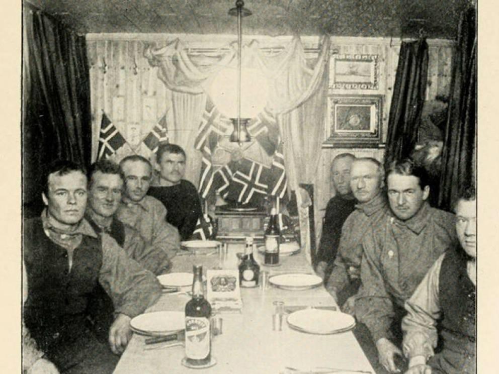 Хитрость Амундсена Команда Скотта ничуть не скрывала своих передвижений. Норвежский исследователь Амундсен, чья попытка на Северном полюсе была раздавлена успешной экспедицией Фредерика Кука и Роберта Пири, планировал покорение Южного полюса в тайне. Амундсен покинул Норвегию в июне 1910 года и приступил к подготовке команды. Уже в октябре 1911 норвежец отправил Скотту телеграмму, давая ему понять, что гонка официально началась.