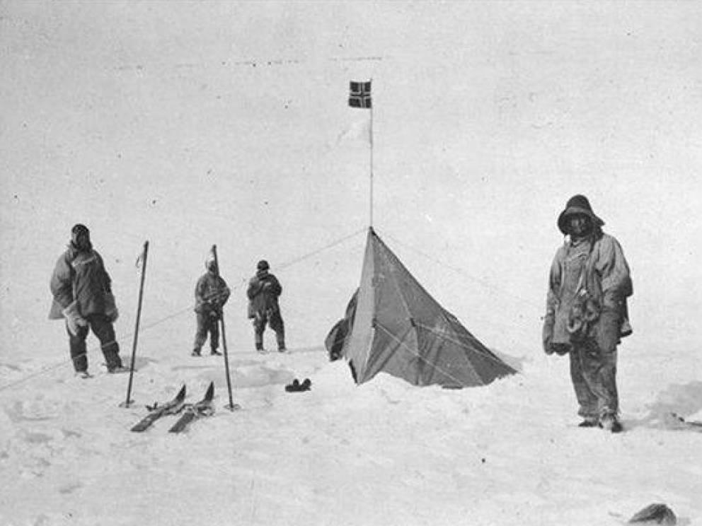 Удар противника Команда Скотта достигла Южного полюса 17 января 1912 года и даже успела начать празднование, когда наткнулась на норвежские флаги. Бравый командир экспедиции впал в глубокую депрессию, еще не зная, что все худшее еще впереди.