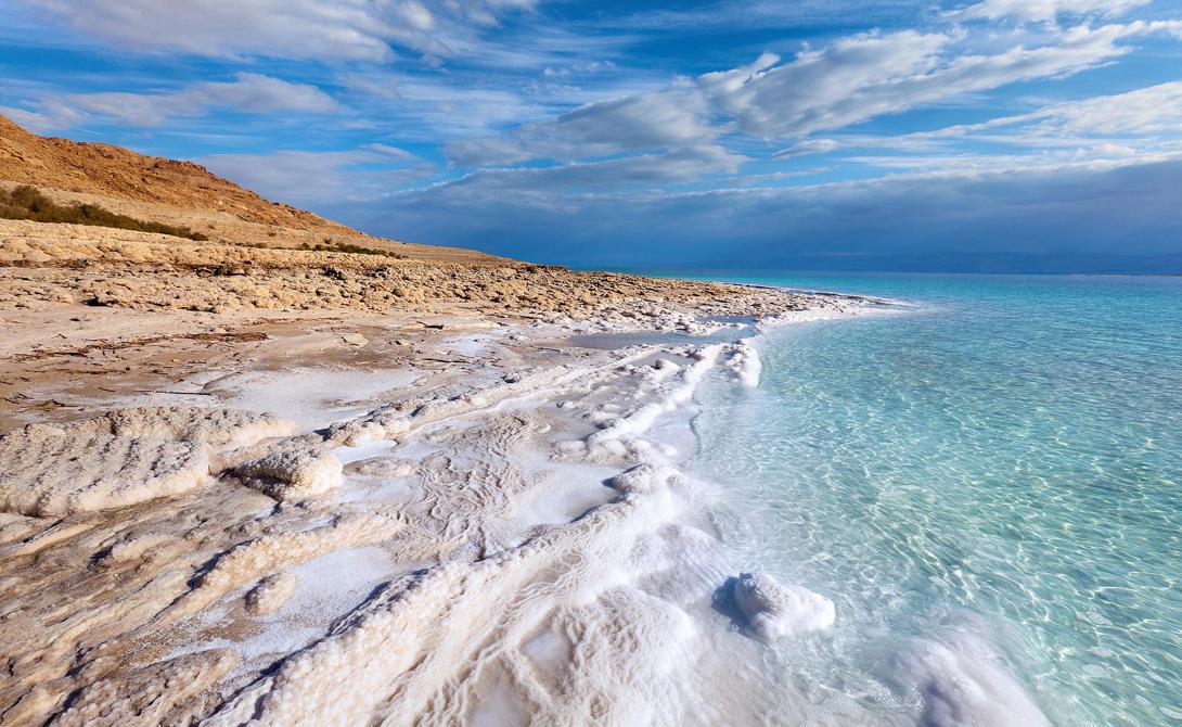Мертвое море Израиль Обилие растворенных в воде минералов уничтожает любые попавшие сюда микроорганизмы. Прибрежные скалы озера переливаются кристаллизованным хлоридом натрия: здесь Солнце испаряет воду, украшая берега затейливым фрактальным узором. Это самое глубокое в мире (330 метров) гиперминерализованное озеро. В последние годы размеры водоема значительно сократились, но израильские геологи считают, что вскоре ситуация стабилизируется.