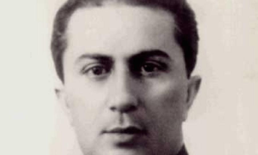 Яков Джугашвили Сталин не испытывал теплых чувств к старшему сыну. Он не стал выменивать пленника из нацистского плена и вообще относился к нему с неодобрением, несмотря на то, что Яков показал себя смелым и умным командиром. Старший сын Сталина так и погиб в плену, застреленный обычным конвоиром при попытке к побегу.