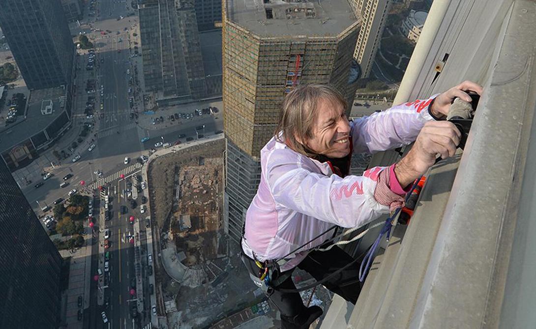 Человек-паук Французский альпинист Ален Робер известен по всему миру как Human Spider. Робер залез почти на все мировые достопримечательности без использования какого-либо оборудования. Бурдж-Халифа в Дубае, Эйфелева башня, Сиднейский оперный театр, башни-близнецы Петронас в Куала-Лумпур — только представьте себе эту высоту.