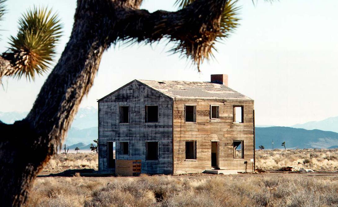 Атомный город Невада, США В 1955 году серия из 14 испытательных ядерных взрывов, известных как «Операция Чайник», прошла на территории пустыни Невады. Военные хотели проверить, как повлияет отдаленный взрыв на самый настоящий городок — его выстроили специально.