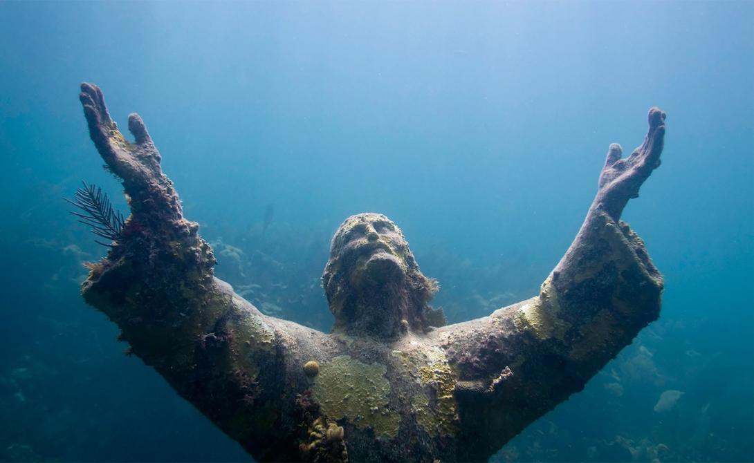 Христос из Бездны Италия Удивительная статуя Христа Спасителя, получившая в народе наименование «Христос из Бездны», стоит под водой у берегов итальянского острова Сан-Фруттозо. Воздетые руки и жесткий взгляд, созданный преломлением света в воде, придают статуе достаточно зловещий вид.