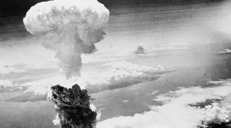 1945 Хиросима Ядерная бомбардировка Хиросимы и Нагасаки показала, что именно прячет природа в шкатулке Пандоры. Сотни тысяч погибших на месте и миллионы, еще долгие годы страдающих от облучения людей. Человечество внезапно осознало, что может уничтожить само себя из-за каких-то территориальных споров — и, наконец, немного испугалось.