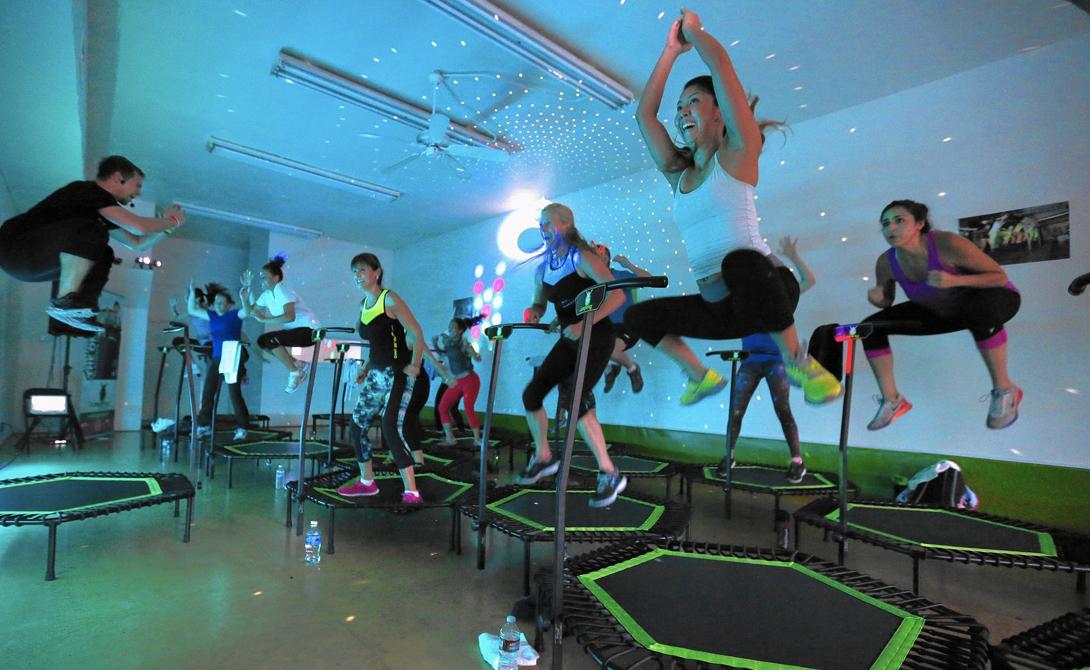 Батут Оказывается, прыжки на батуте сжигают в три раза больше калорий, чем бег. Всего за час активного занятия человек теряет целую 1000 калорий. Кроме того, упражнение сжигает жир, одновременно тонизируя мышцы к скорейшему развитию.