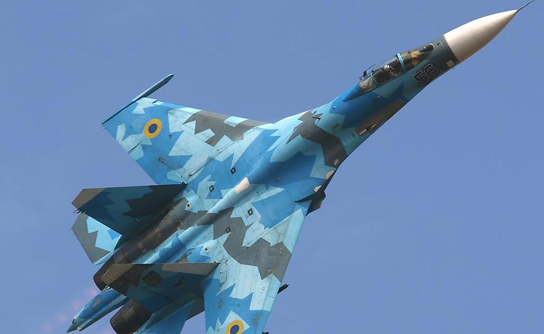 Су-27 Российский многоцелевой истребитель Су-27 относится к четвертому поколению — в строй он был введен еще в 1985 году. Опасный хищник разрабатывался с одной целью: захват превосходства в воздухе. С боевым радиусом в 750 километров и максимальной скоростью в 2 525 км/ч, Су-27 намного опережает американские аналоги F-16 и F / A-18, скорость которых не превышает 2 200 и 1 900 км/ч соотвественно.