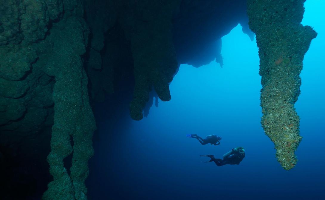 Большая голубая дыра Белиз Эта идеально круглая воронка расположена в центре атолла Лайтхаус-Риф, входящего в состав Белизского барьерного рифа. 305 метров в диаметре и глубина, превышающая 120 метров, делают ее настоящей приманкой для дайверов-экстремалов со всего мира.