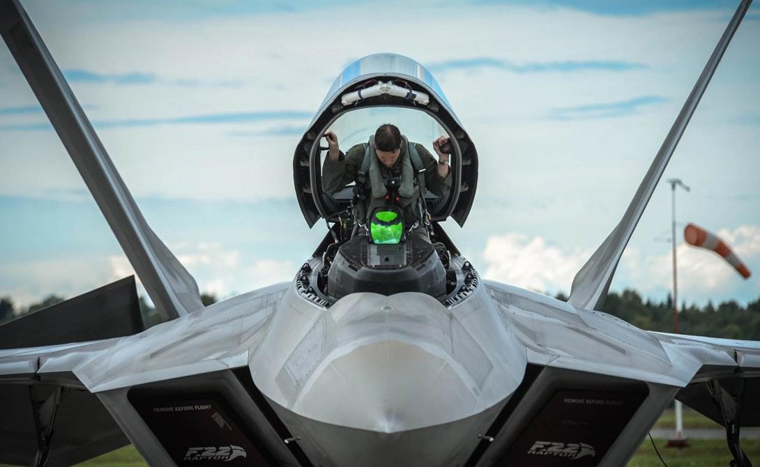 Резюме Победа: Россия Итак, на бумагах шансы выиграть традиционную схватку 1 на 1 у Су-35 немного выше, чем у F-22. Вот только американцы вряд ли будут стремиться к таким ситуациям в принципе: ракеты «воздух-воздух» найдут все еще безмятежного противника и закончат дело еще до того, как пилот успеет что-то понять. С другой стороны, малейшая ошибка демаскирует F-22 — и тут превосходство в маневренности даст о себе знать. Исход каждого боя, по мнению экспертов, будет зависеть скорее от человеческого фактора, чем от техники.